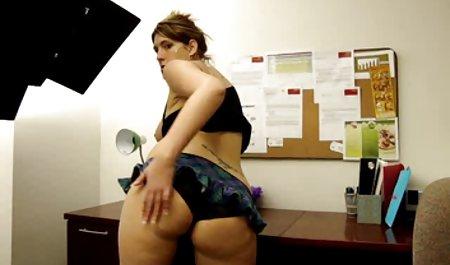 Гаряча і красивий порно сексуальна грудаста красуня смокче і трахкає ділдо